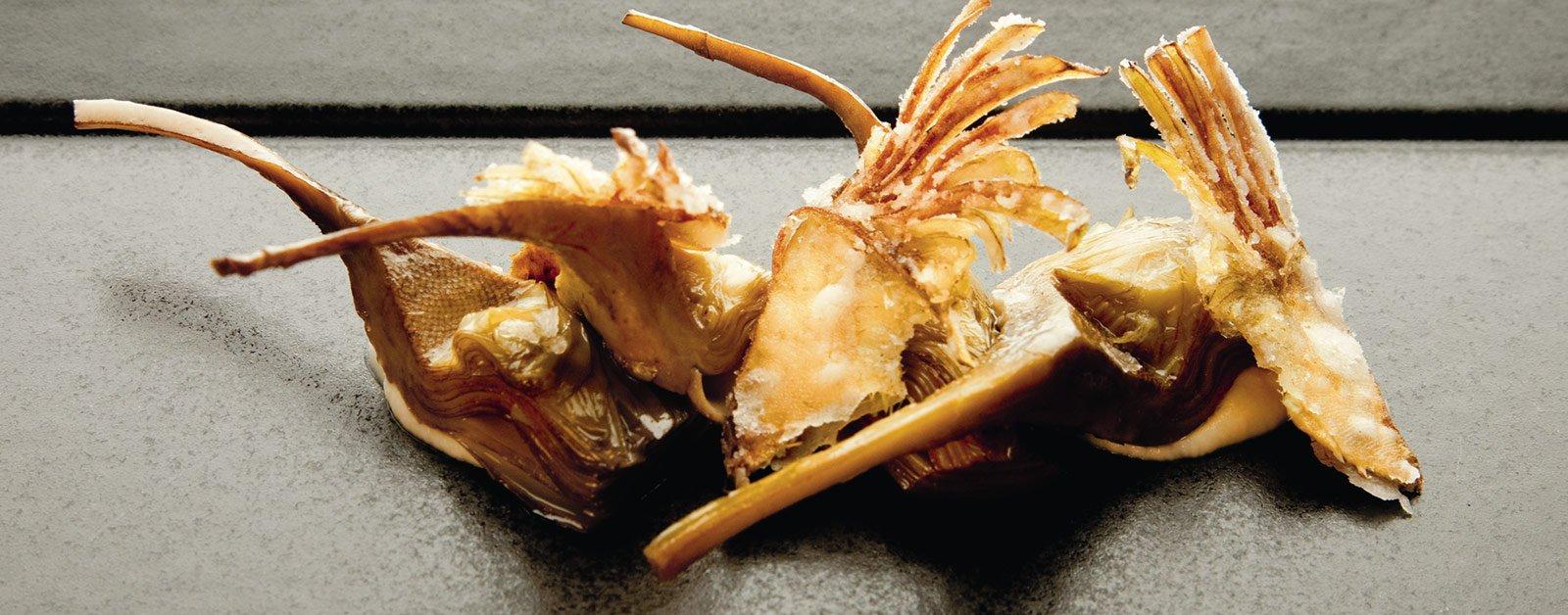 Alcachofas sobre pil-pil de coliflor