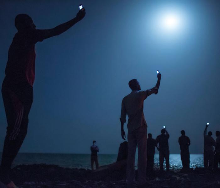 La Imagen de John Stanmeyer – emigrantes africanos se acercan como todas las noches a la playa de Yibuti
