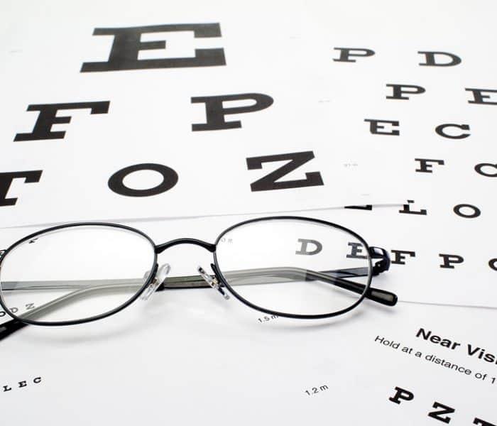 Qué es la presbicia o vista cansada: te contamos sus síntomas y cómo es su operación