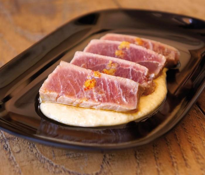 Receta de atún rojo con hummus al estilo tataki de Mikel Iturriaga