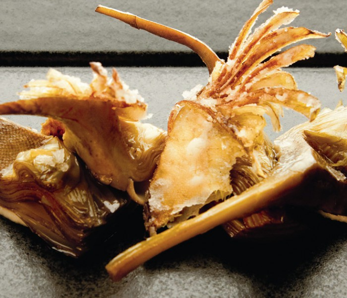 Receta de alcachofas sobre pil-pil de coliflor por Eneko Atxa